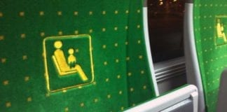 Siedzenie dla matki z dzieckiem w tramwaju