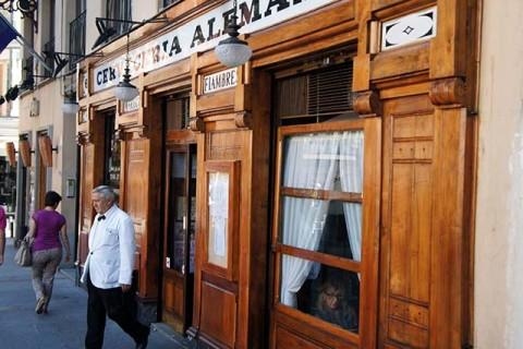 Posiwiali kelnerzy, stare zasłonki w oknie, drewniana fasada. Jak na dzikim zachodzie ;)