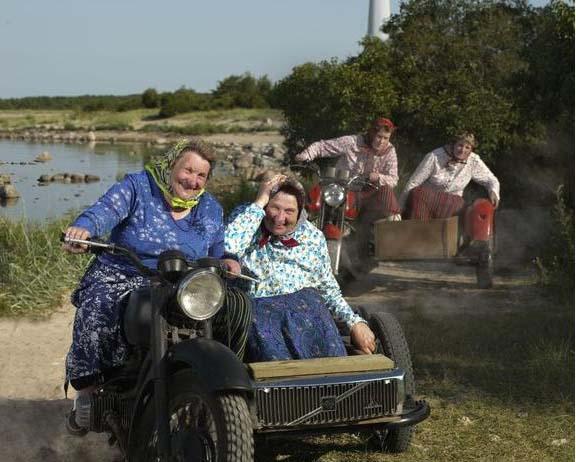 Wyspa-Kihnu-kobiety-na-motocyklach