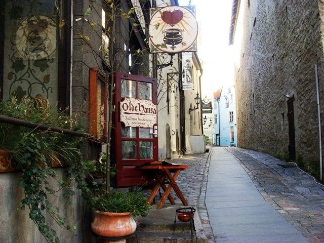 Olde Hansa - urokliwe, wąski uliczki wokół tallińskiej starówki