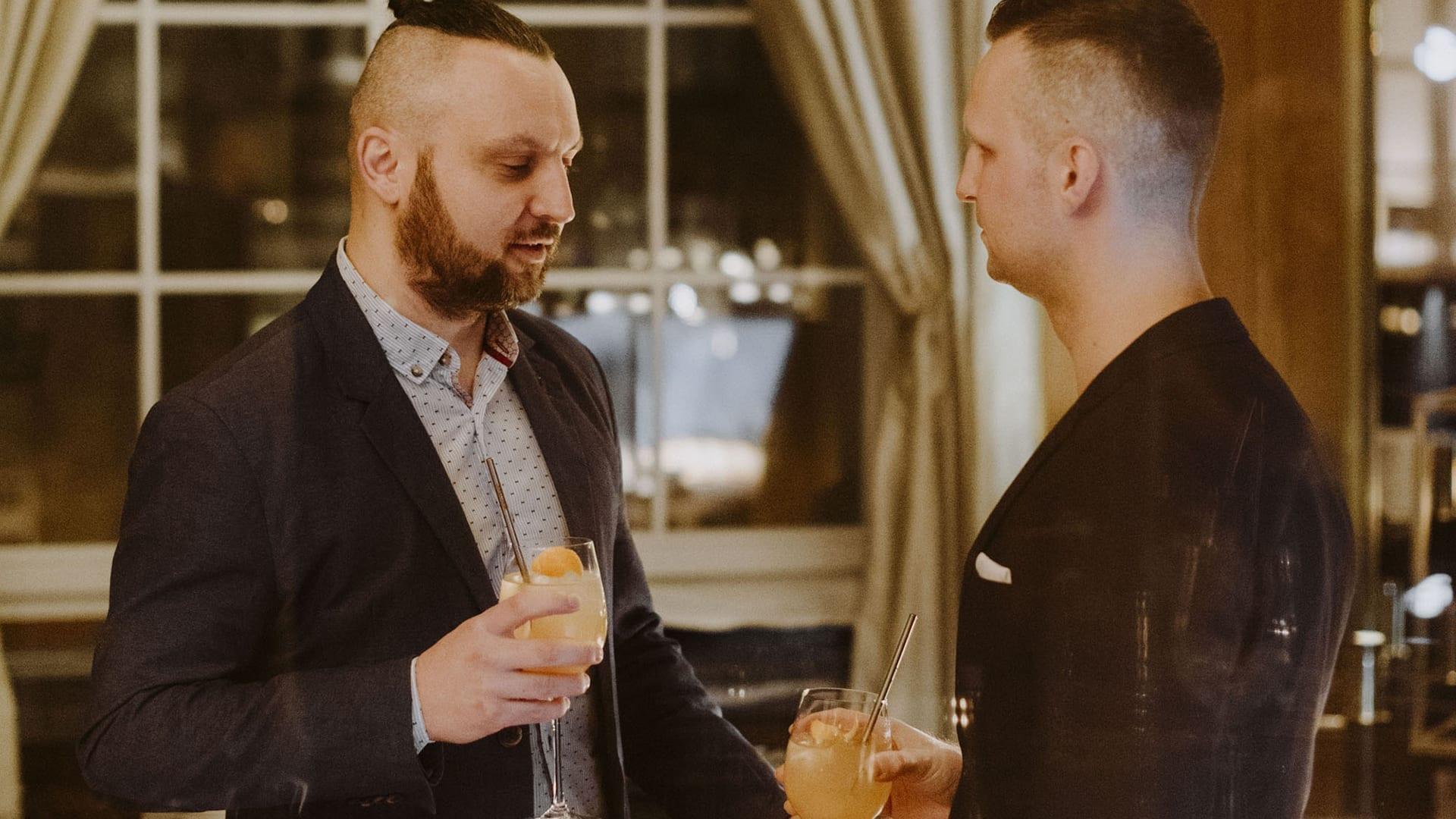 Dwóch mężczyzn pije whisky na spotkaniu w hotelu