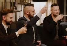Whisky Singleton w towarzystwie celebrujących toast mężczyzn